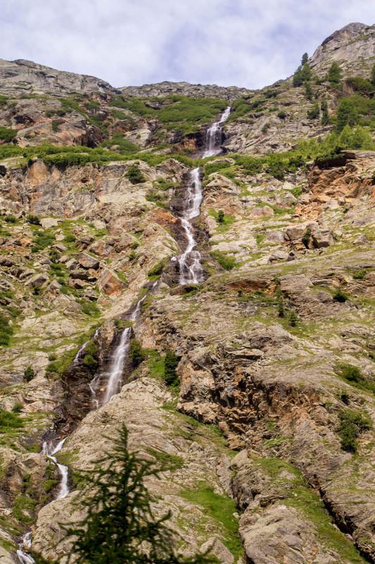 Wunderschöne Wasserfälle säumen die Strasse