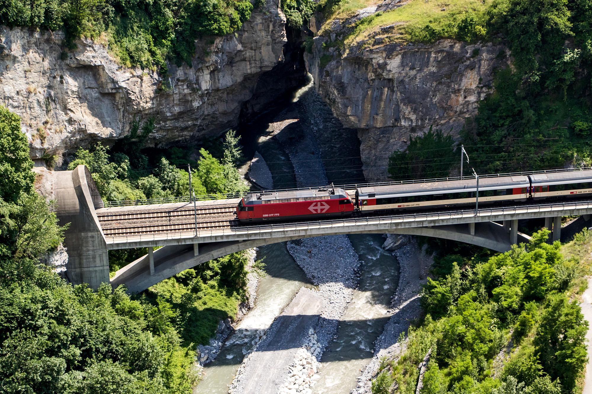 Blick von der Dalabrücke auf die Walliser Hauptbahnstrecke
