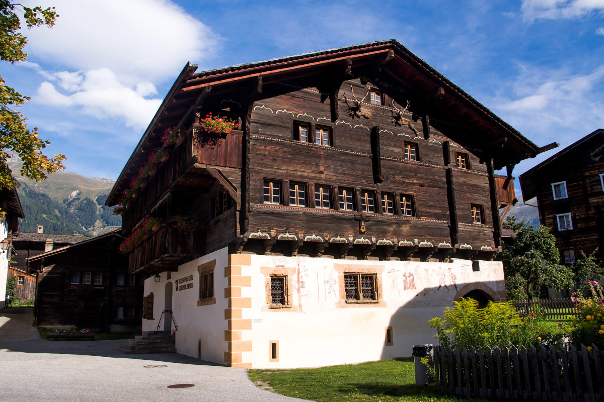 Das Tellenhaus, erbaut 1576 von einem Meier, ist eines der imposantesten Häuser am Platz. Seine Architektur passt eigentlich nichts ins Goms, weshalb vermutet wird, dass innerschweizer Zimmerleute mit dem Bau beauftragt wurden