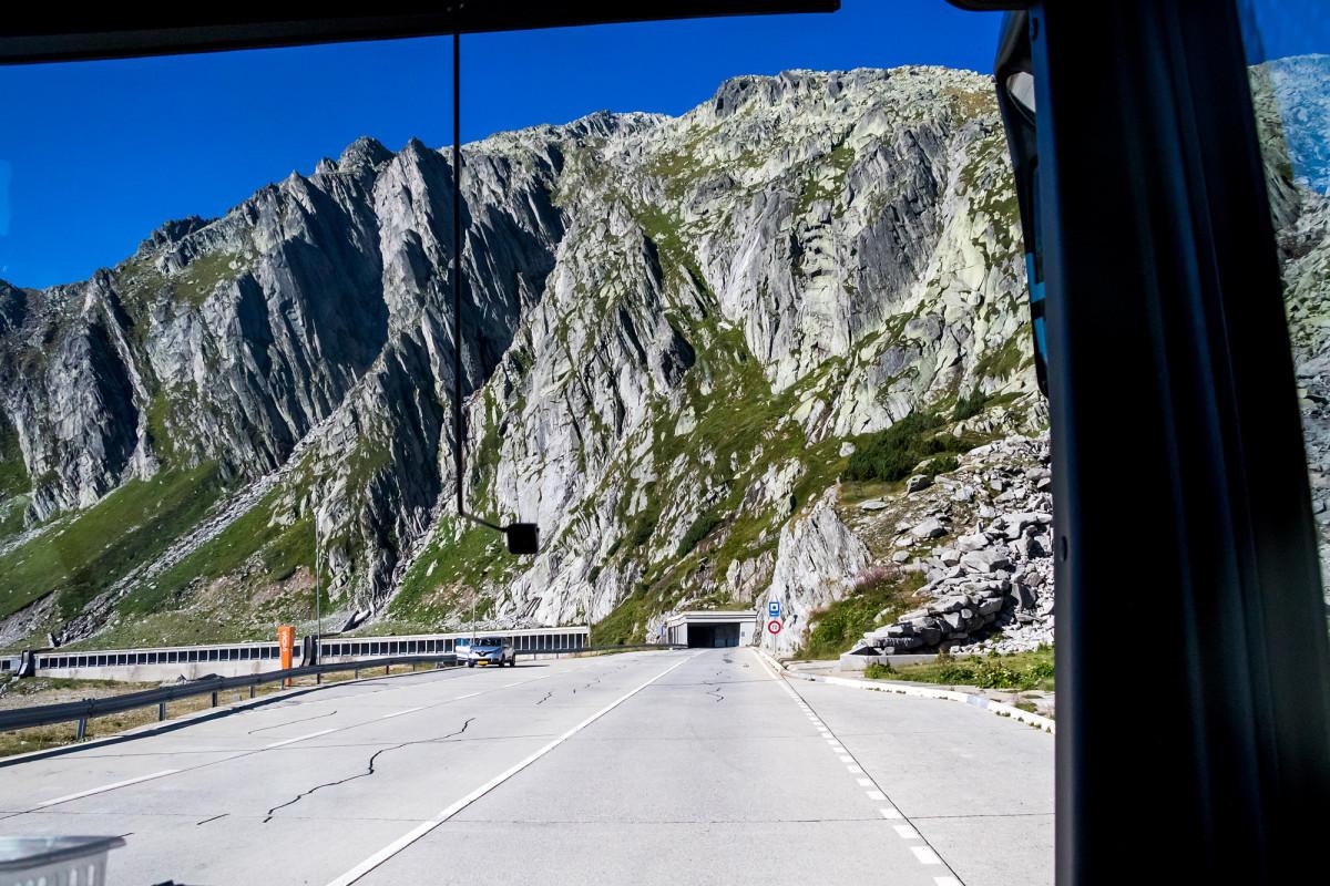 Beginn der Talfahrt: Eintauchen in den Berg!