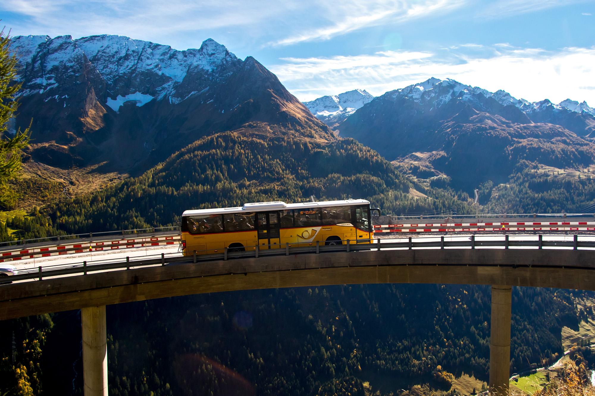 Um trotz des steilen Terrains am Gotthard weite Kurvenradien zu erreichen, waren einige Kunstgriffe nötig - so scheint das Postauto hier über dem Abgrund zu schweben...