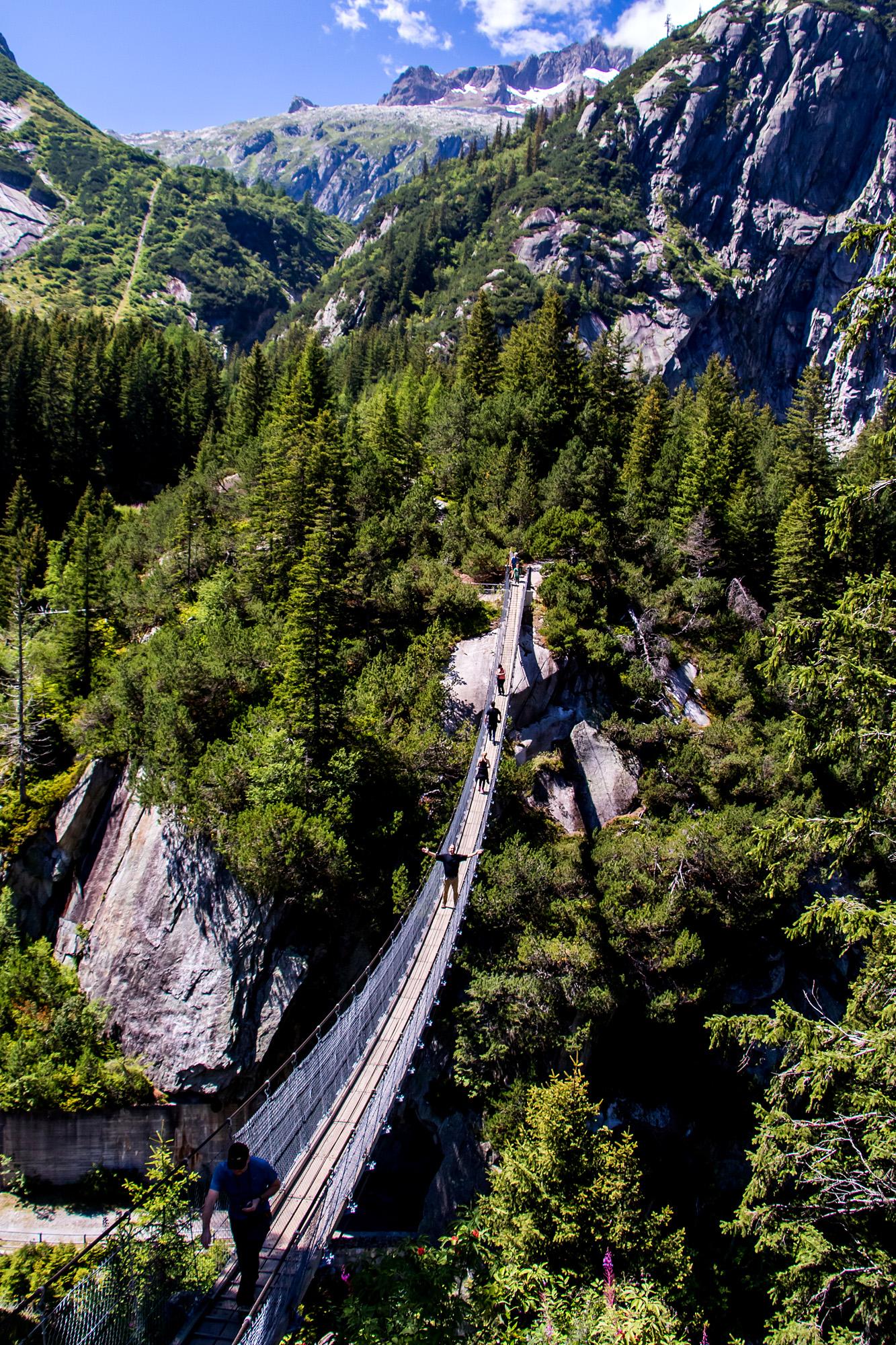 70 Meter über dem Handeckfall wurde diese Hängebrücke errichtet. Ein Adrenalinkick...