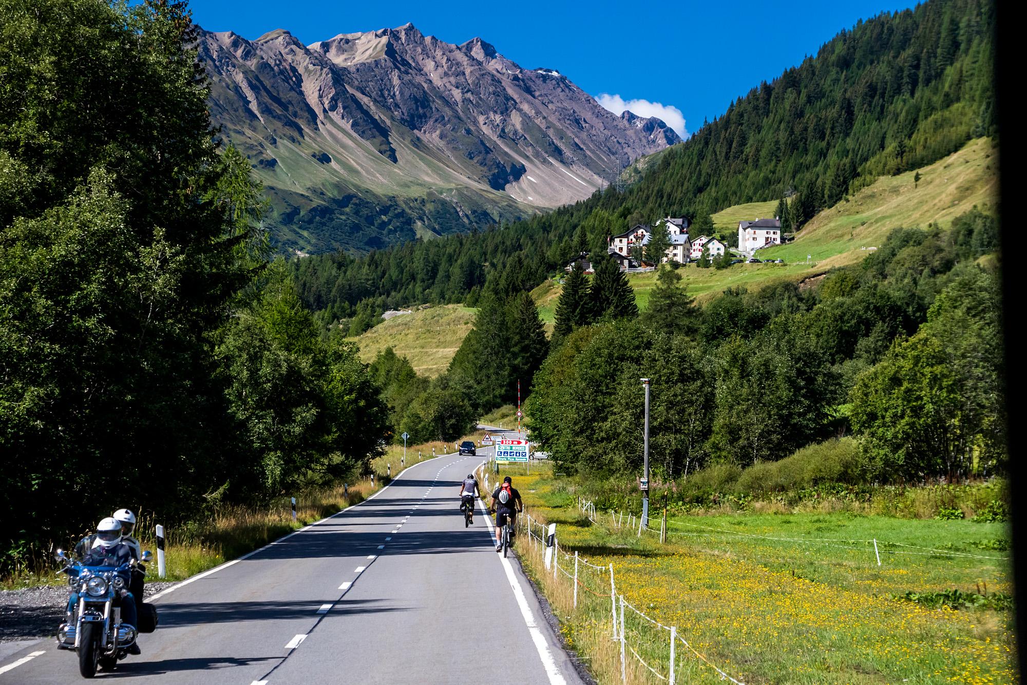 Wir sind zwar nicht ganz alleine, aber immerhin einsamer als am Gotthard :)