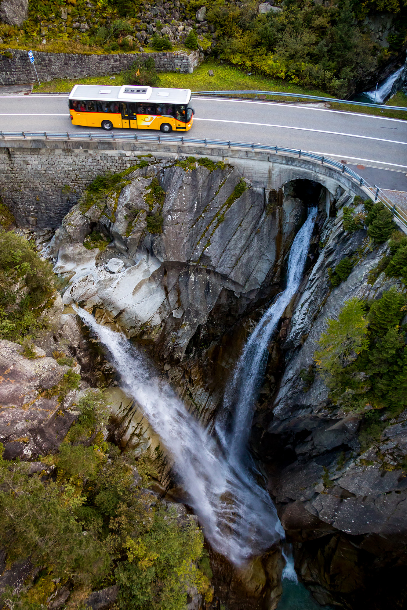 ...mit sehr guten Ausblicken, auf Wasserfall und Postauto!