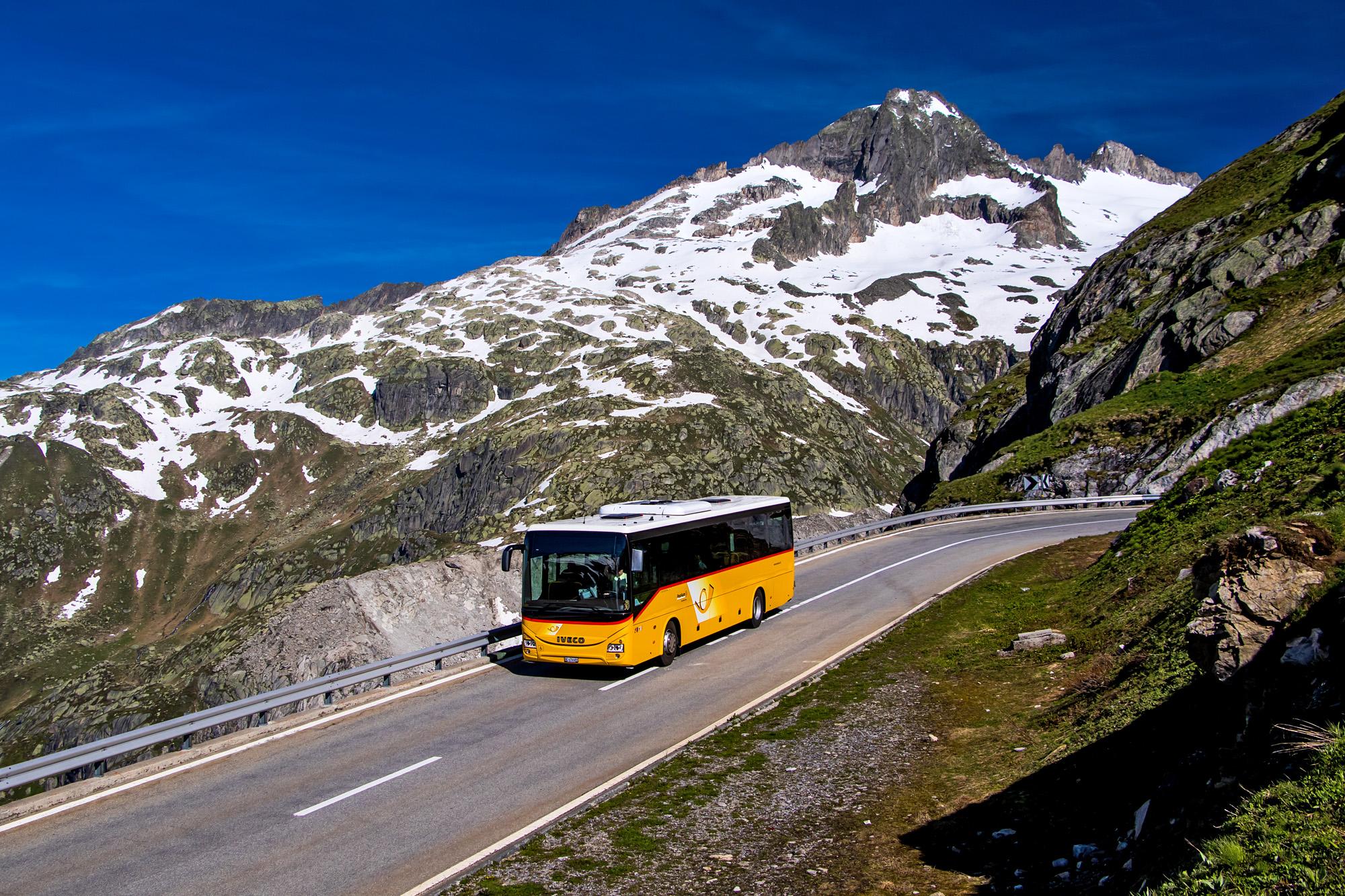Vor prächtiger Kulisse unterwegs: Postauto auf der Furka-Passstrasse