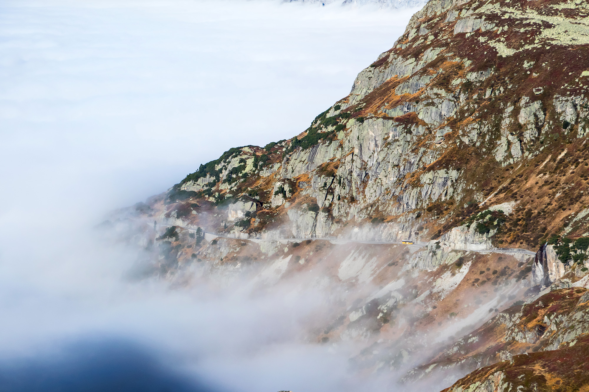 Durch den herbstlichen Nebel kämpft sich mein Integro zurück auf die Susten-Passhöhe