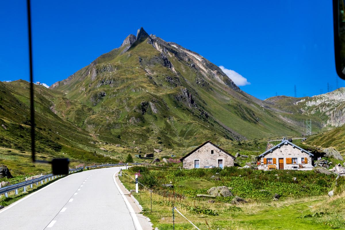 Erste Alpbetriebe kündigen das Erreichen der Passhöhe an