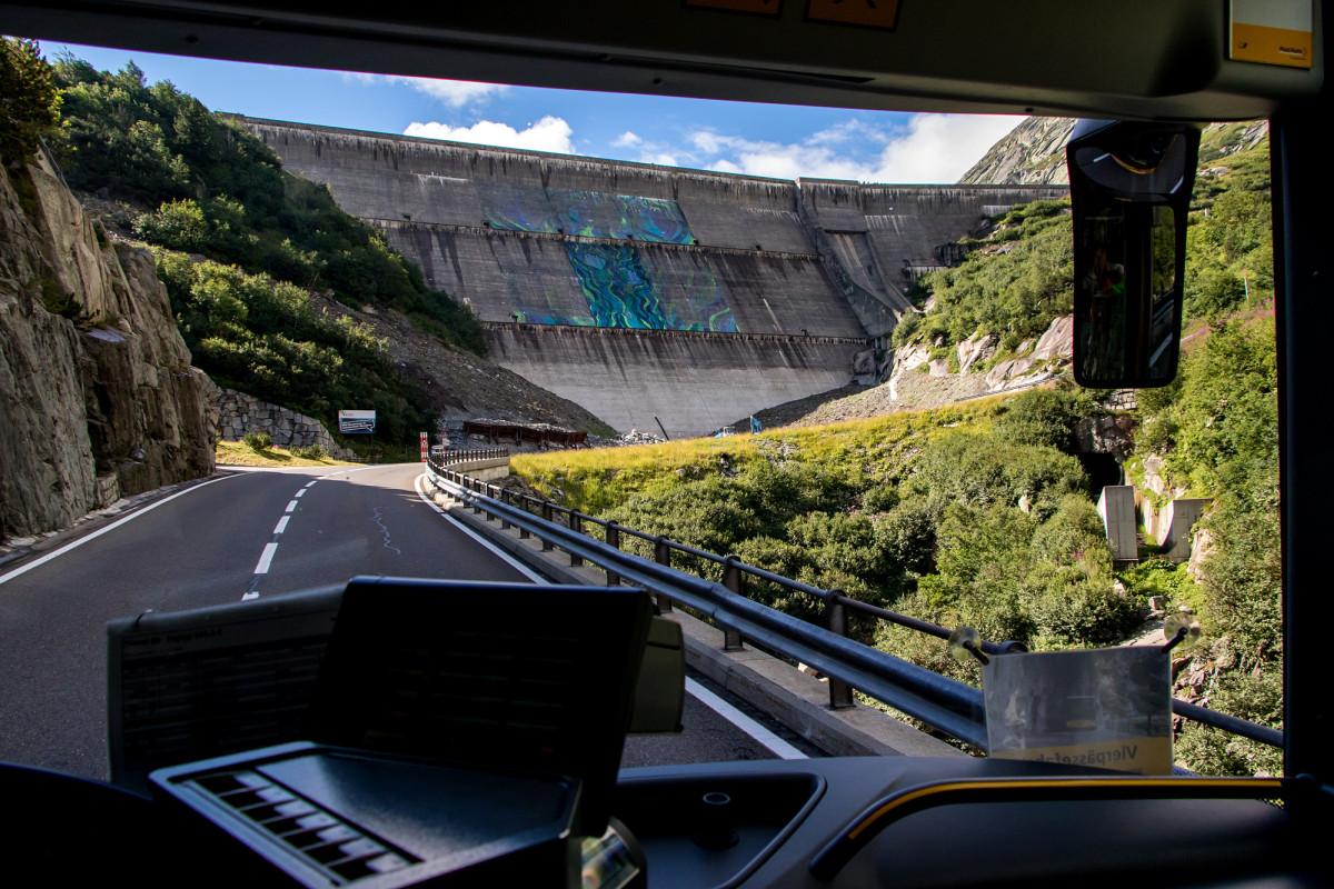 Die Staumauer des Räterichsbodensees wird für grossflächige Kunst benutzt