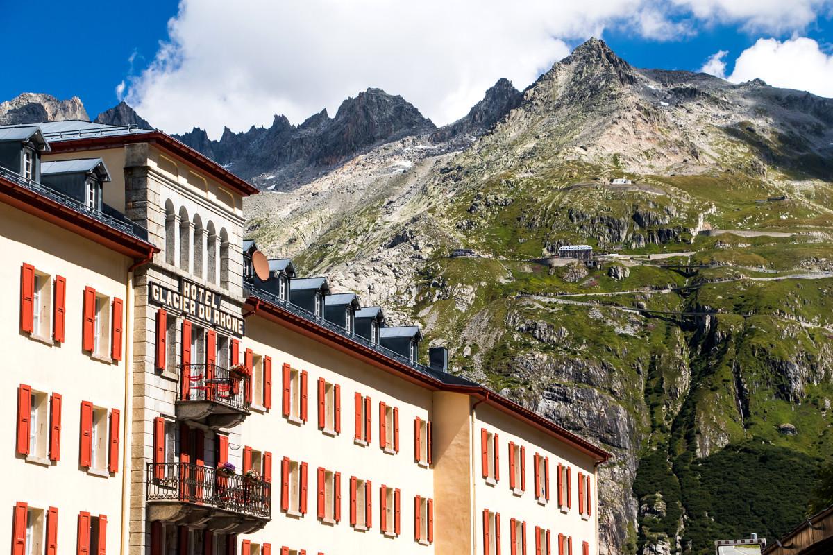 """Verblichener Glanz in Gletsch: Das Hotel """"Glacier du Rhône"""" mit Blick auf den Furkapass und das dortige Schwesterhotel, das Belvedere"""