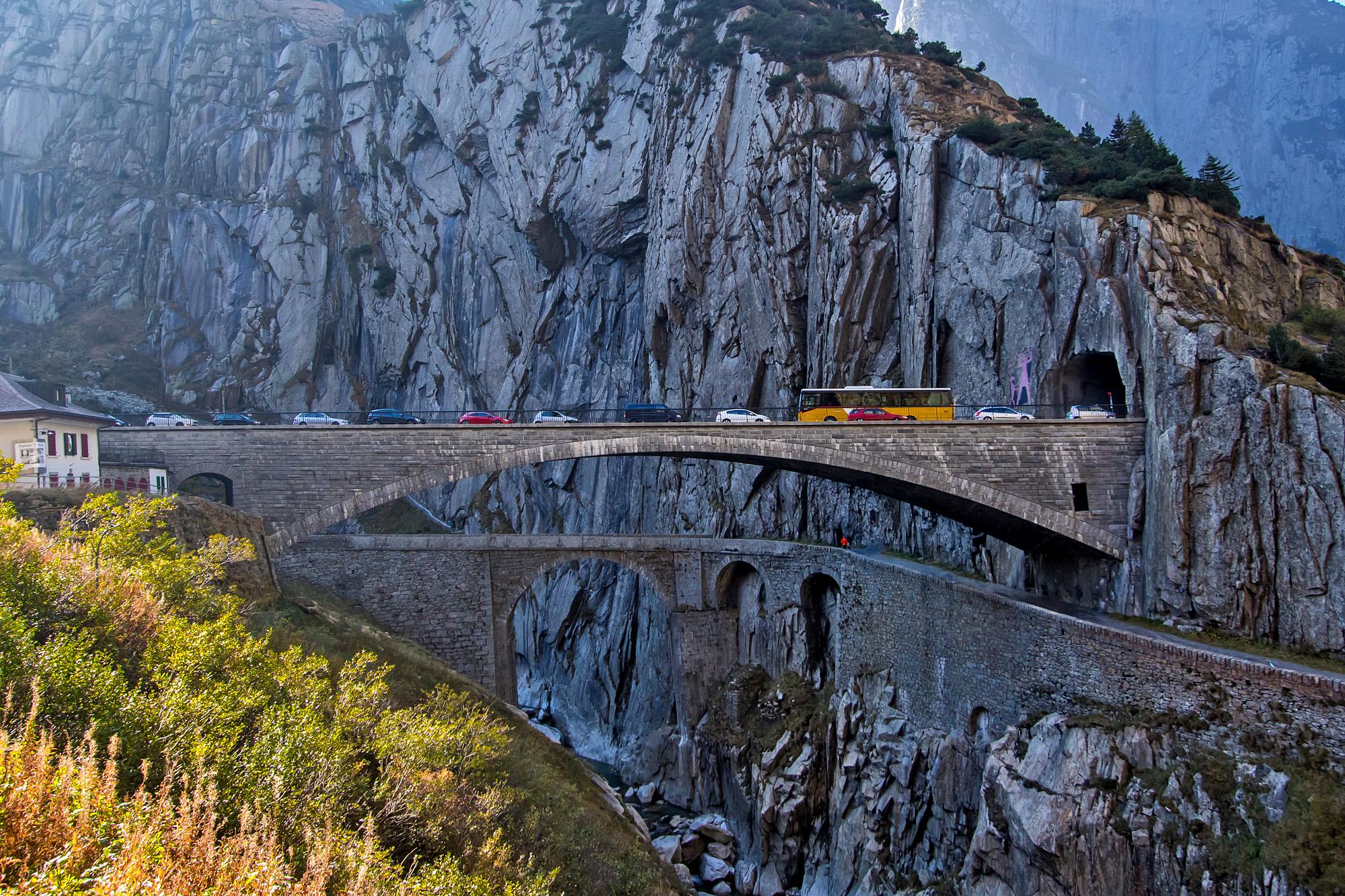 Teuflischer Stau auf der Teufelsbrücke - und das Postauto mittendrin!