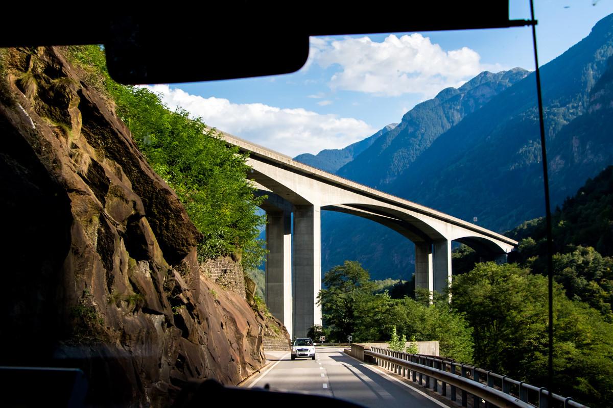 Das imposante Biaschina-Viadukt überspannt den Fluss Ticino in 100 Metern Höhe!