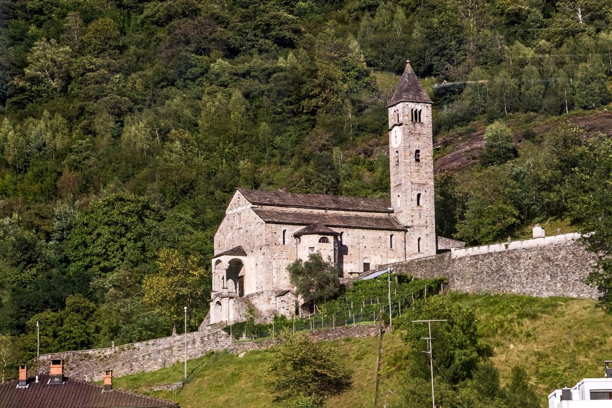 Biascas Chiesa dei Santi Pietro e Paolo aus dem 11. oder 12. Jahrhundert - eines der bedeutendsten romanischen Bauwerke der Schweiz