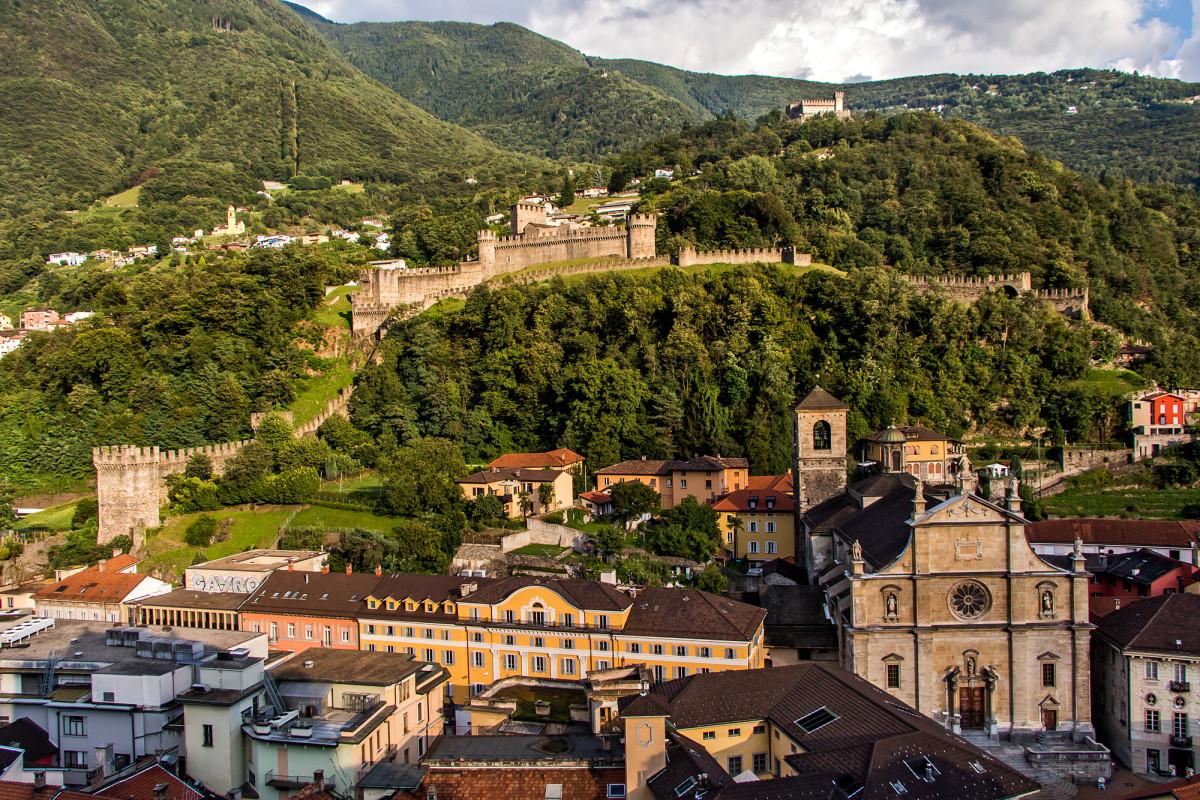 Postkartenansicht von Bellinzona mit Castello di Montebello und der Kirche Collegiata