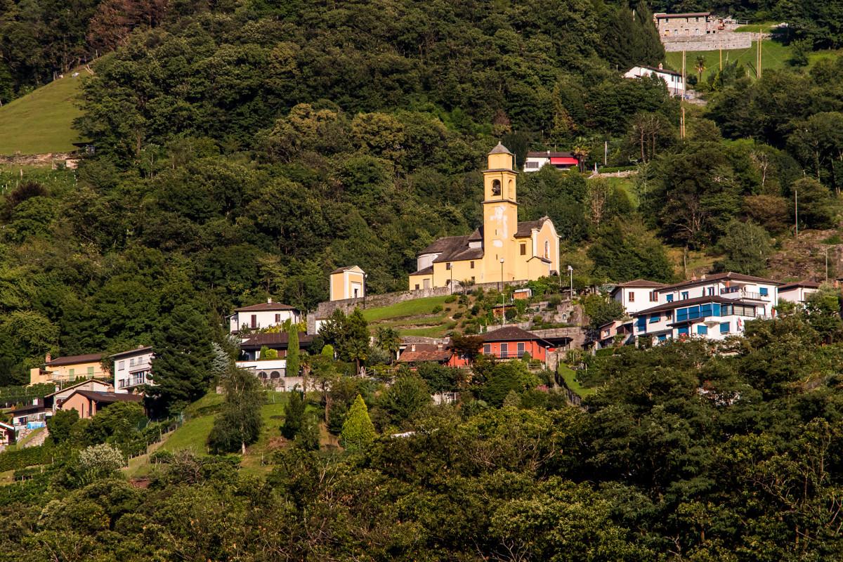 Blick hinauf ins Stadtviertel Artone, mit der Chiesa di San Sebastiano