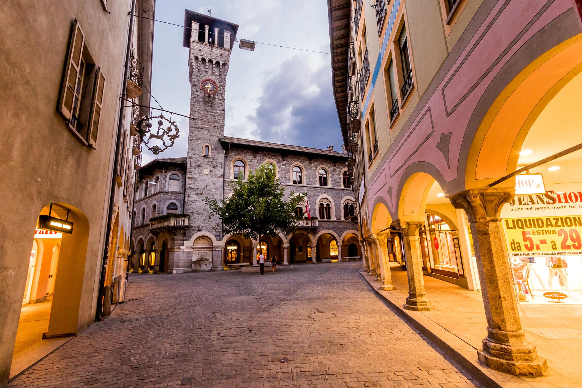 Abendliche Strassenszene in Bellinzona, mit Blick auf das Rathaus