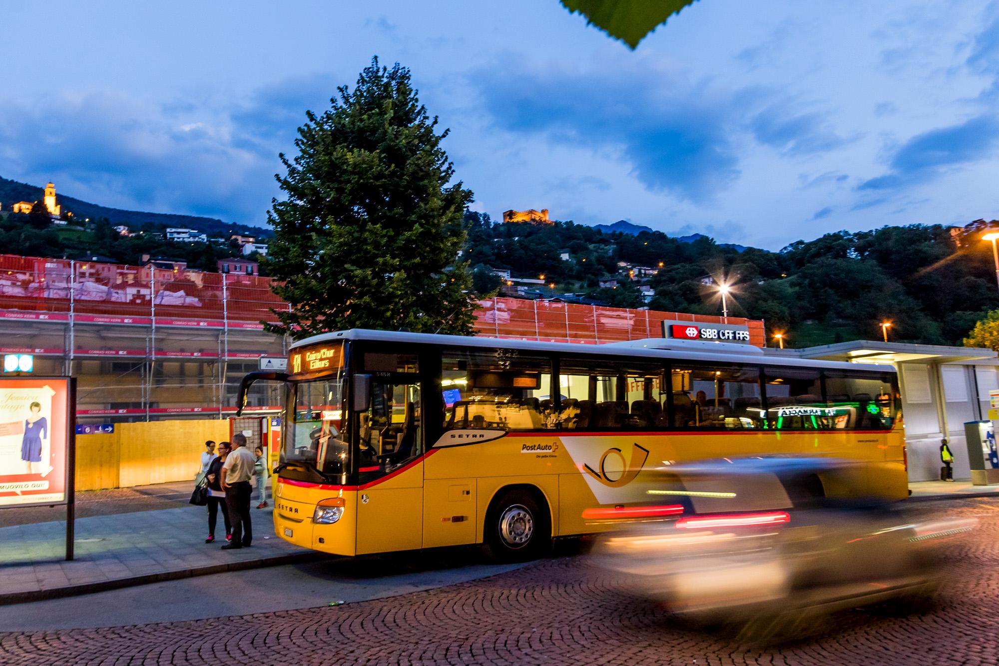 Bereits steht das Postauto nach Chur zur Abfahrt bereit - doch sooo schnell will ich das Tessin ja nicht wieder verlassen :-)