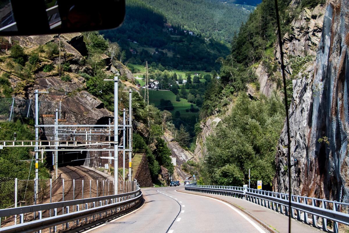 Schiene und Strasse kämpfen sich durch den Berg...