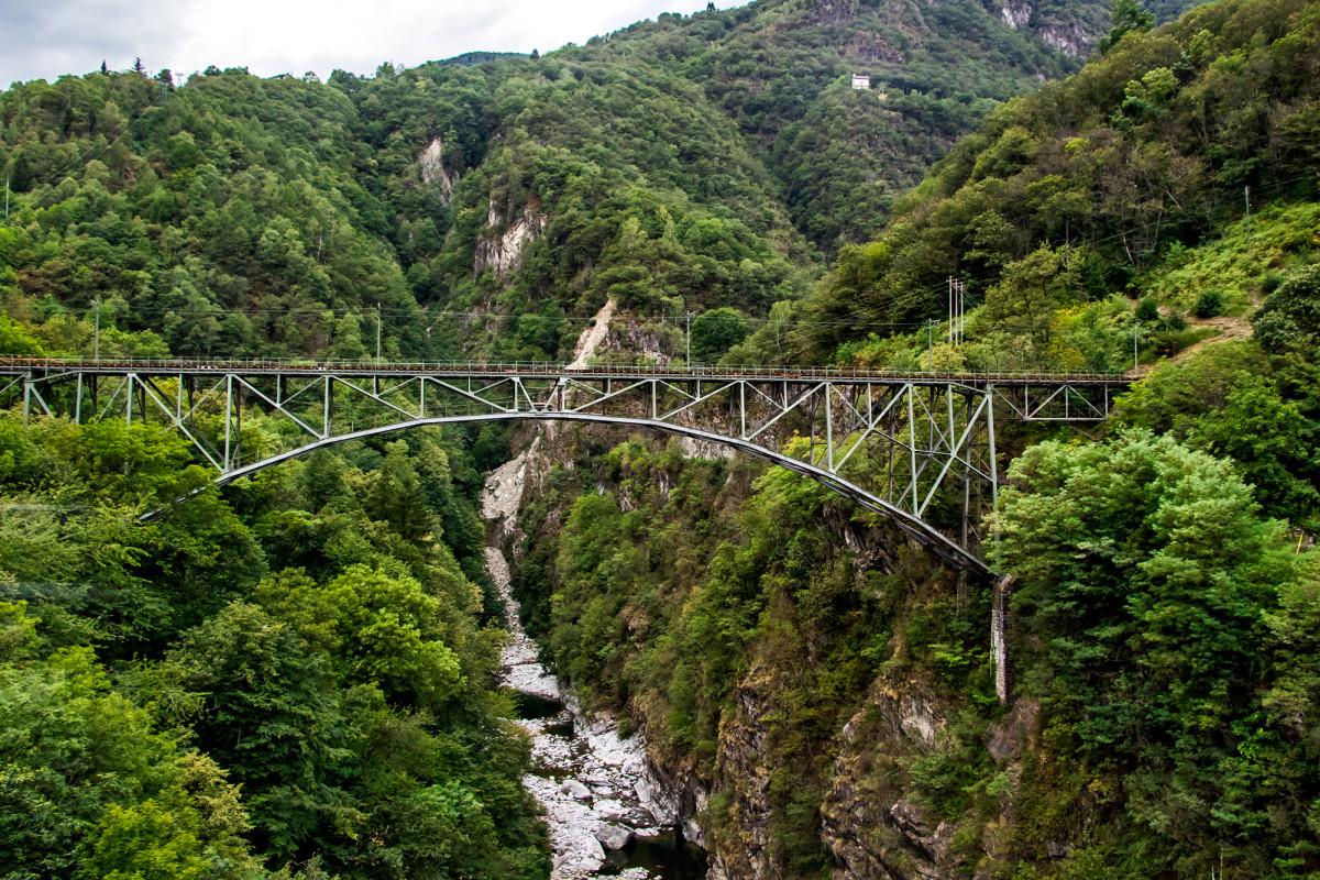In 82 Metern Höhe überspannt das Intragna-Viadukt den Fluss Isorno, und ermöglicht so der Centovallibahn die Verbindung von Domodossola und Locarno