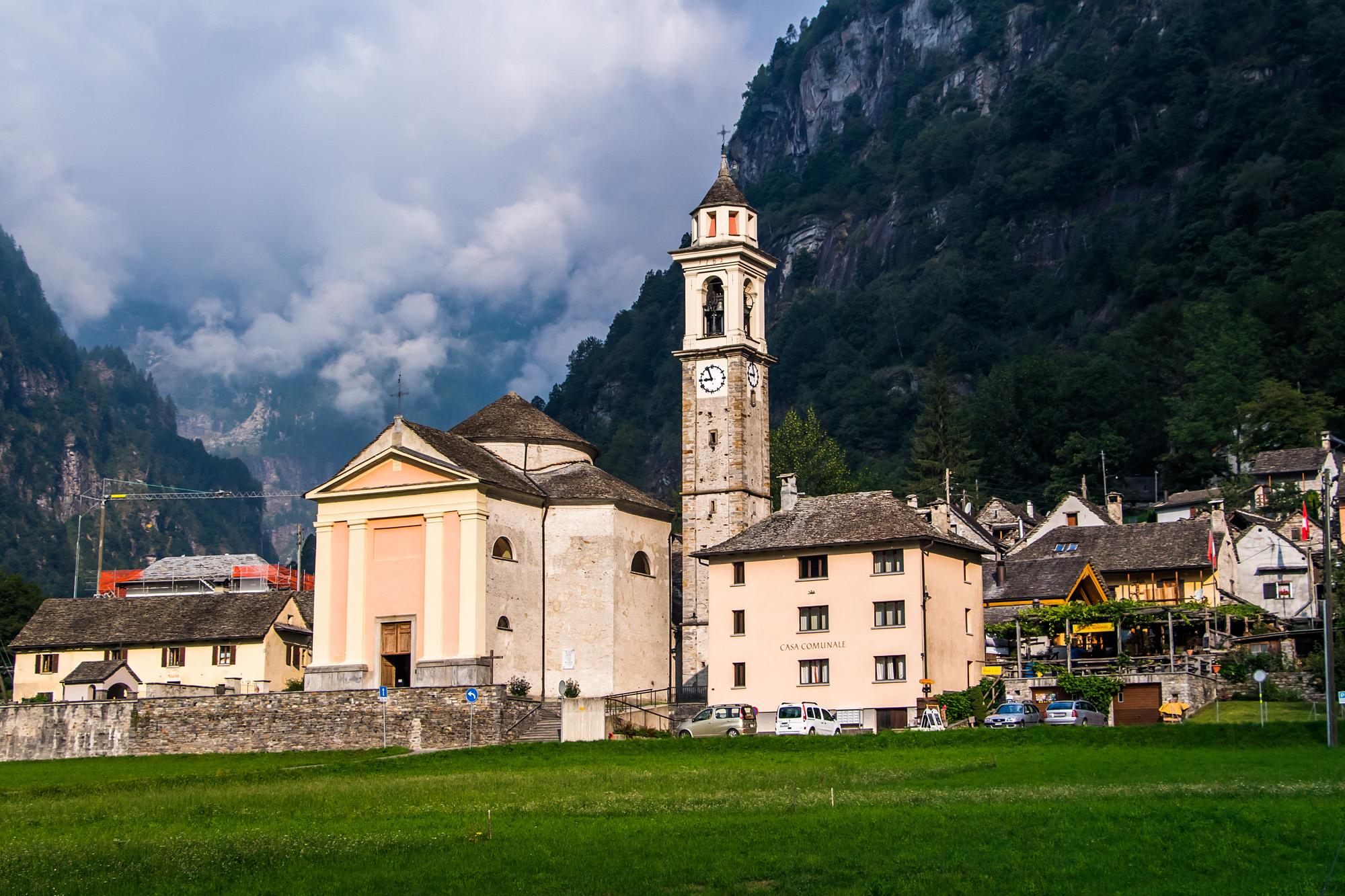Im prächtigen Morgenlicht thront die Kirche Santa Maria Lauretana vor der Bergkulisse