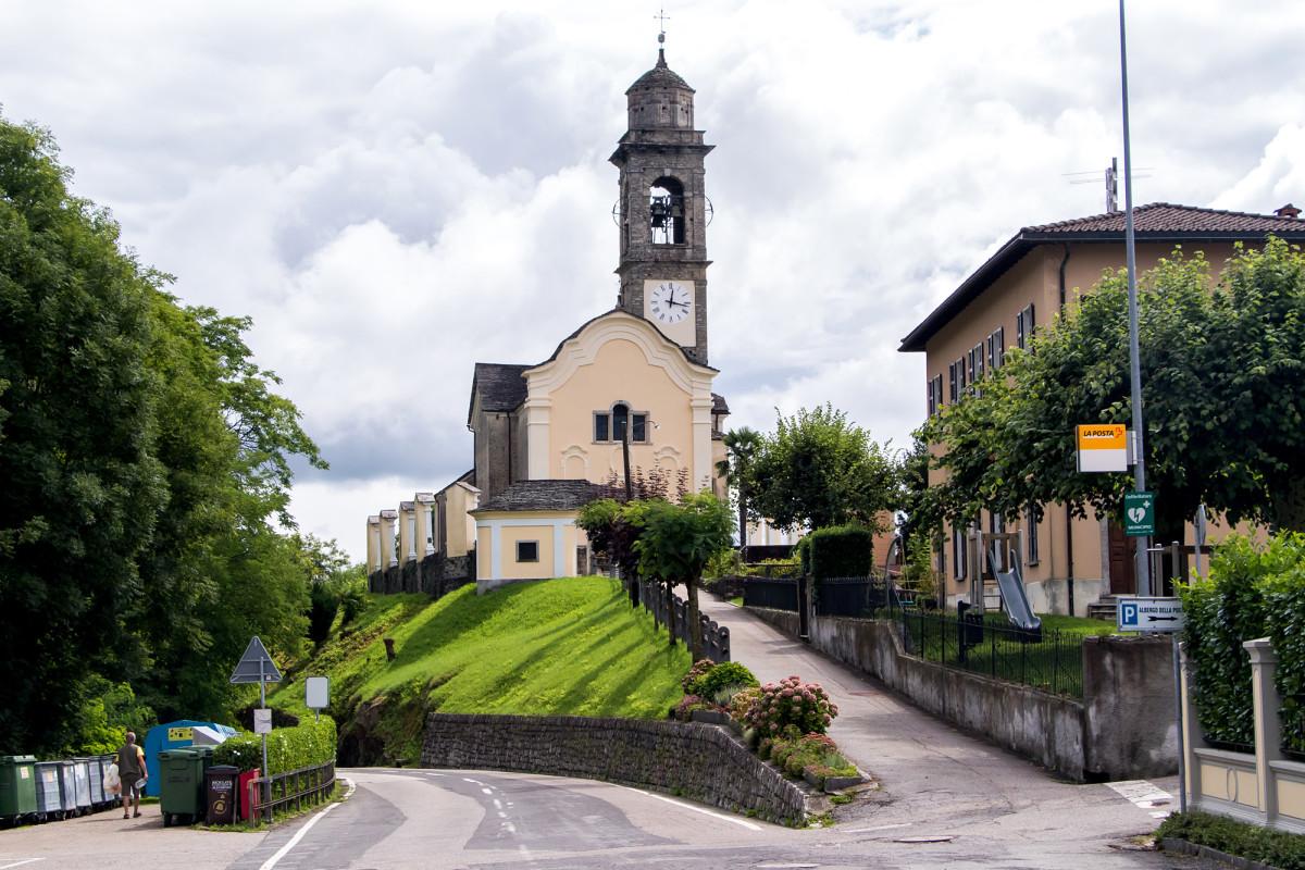 Vor den Toren des Dorfes thront die Pfarrkirche San Pietro...