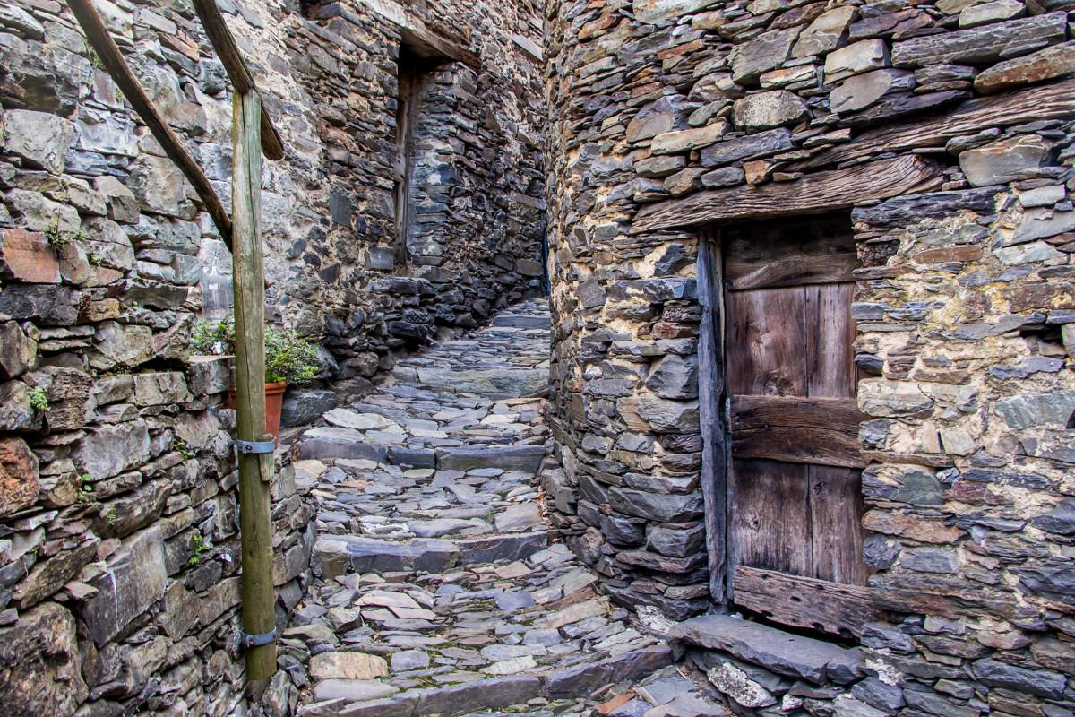 Unterwegs im Gässchen-Labyrinth von Indemini, TI
