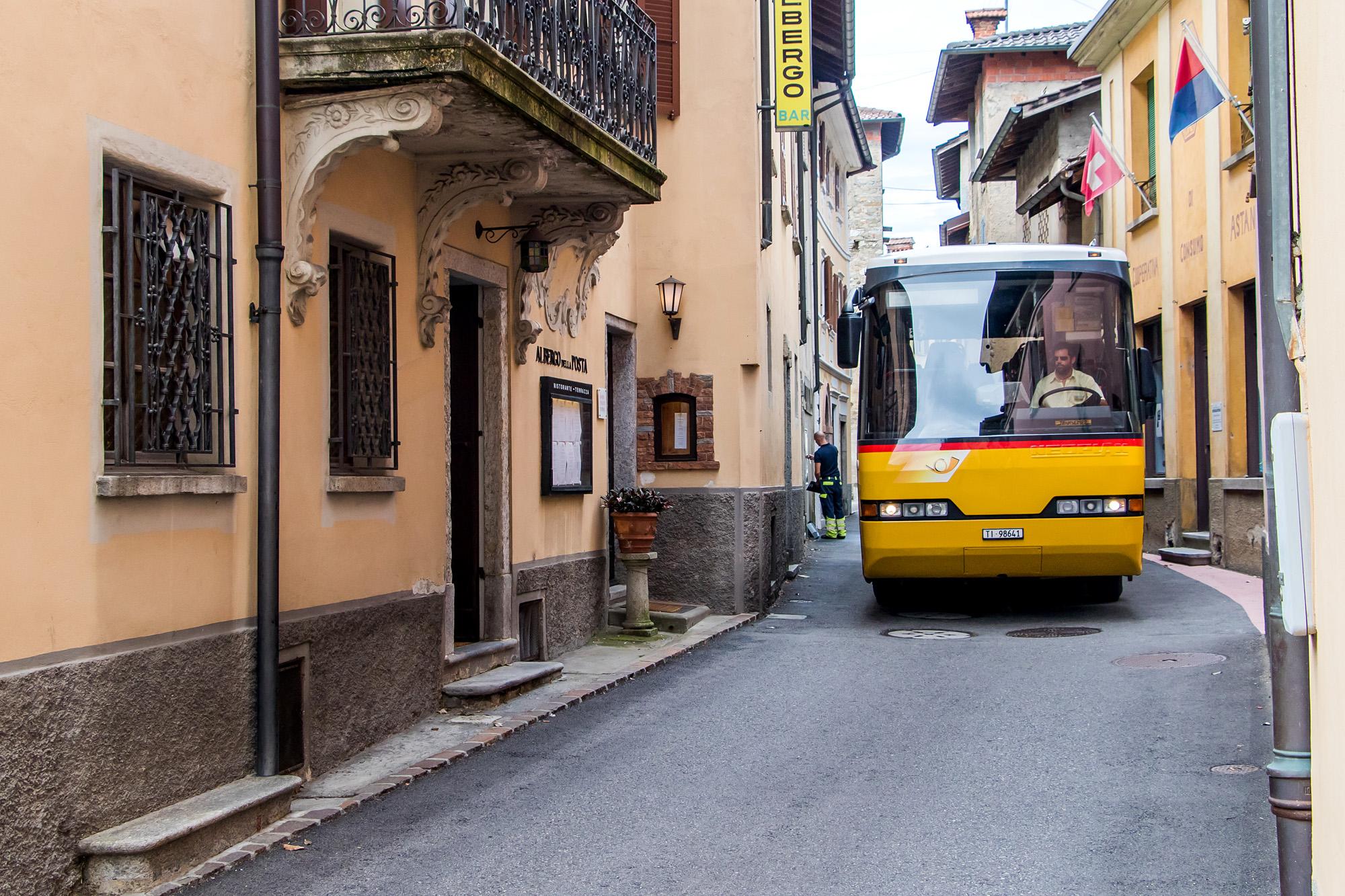 Bei der Durchfahrt von Astano, TI, bleibt dem Postauto nicht viel Platz :-)