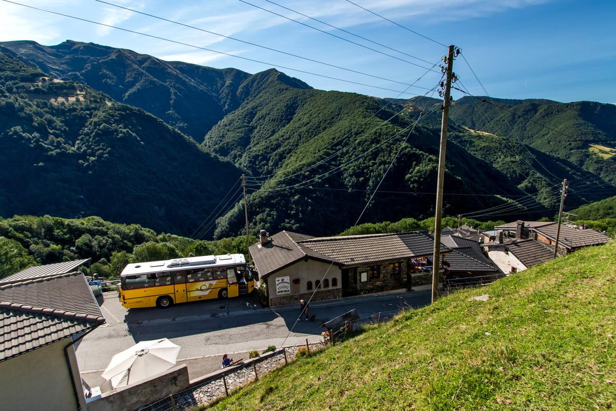Blick hinab auf Indemini - zu gerne hätte ich ja den breiten Neoplan-Bus im Einsatz erlebt...