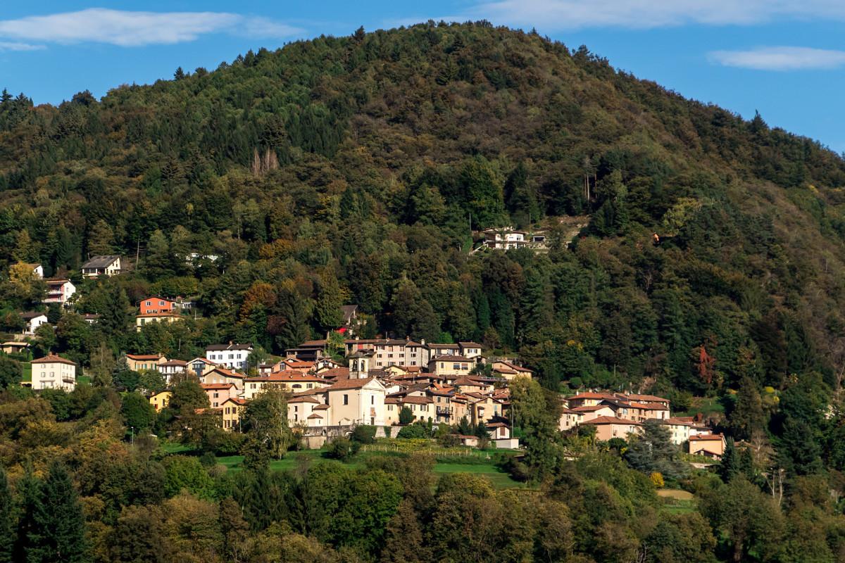Blick hinüber auf Aranno - gleich auf der anderen Talseite, und doch beachtliche 17 Minuten Fahrt entfernt!