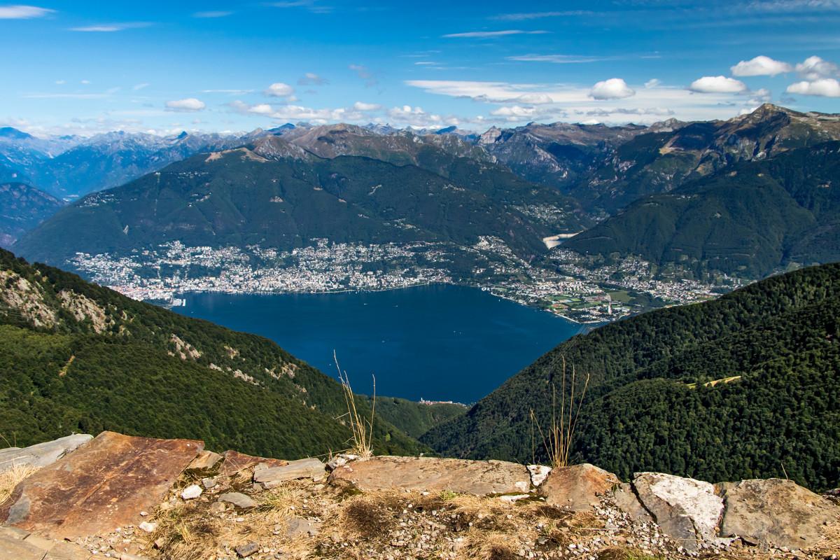 ...gleichzeitig liegt direkt vor uns das Seebecken von Ascona, der tiefste Punkt des Landes!
