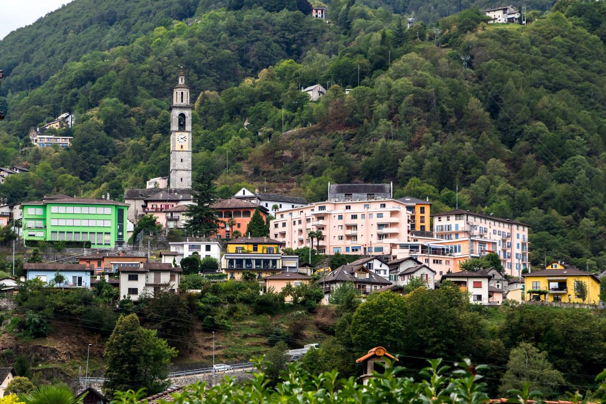 Intragna, welches wir mit einer kurzen Stichfahrt erreichen, beherbergt auch den höchsten Glockenturm des Kantons: 65,75m misst der Campanile der Pfarrkirche San Gottardo