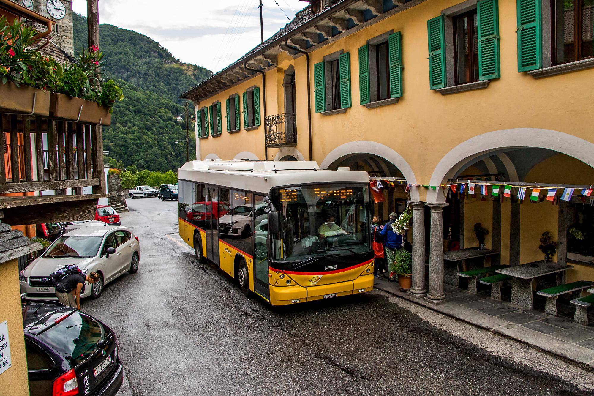 Ein Hess Bergbus wartet in Russo, TI, auf die Weiterfahrt ins Onsernonetal