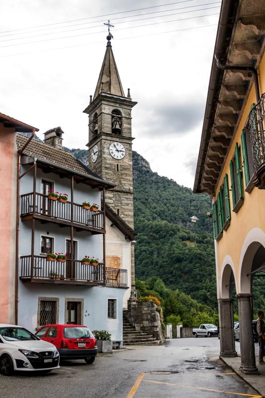 Dorfansichten von Russo; die Pfarrkirche Santa Maria Assunta wurde bereits im Jahr 1365 erstmals erwähnt