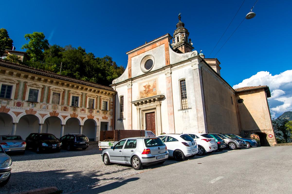 Die schmucke Kirche in der Totale, rechts zu sehen der kleine Torbogen...